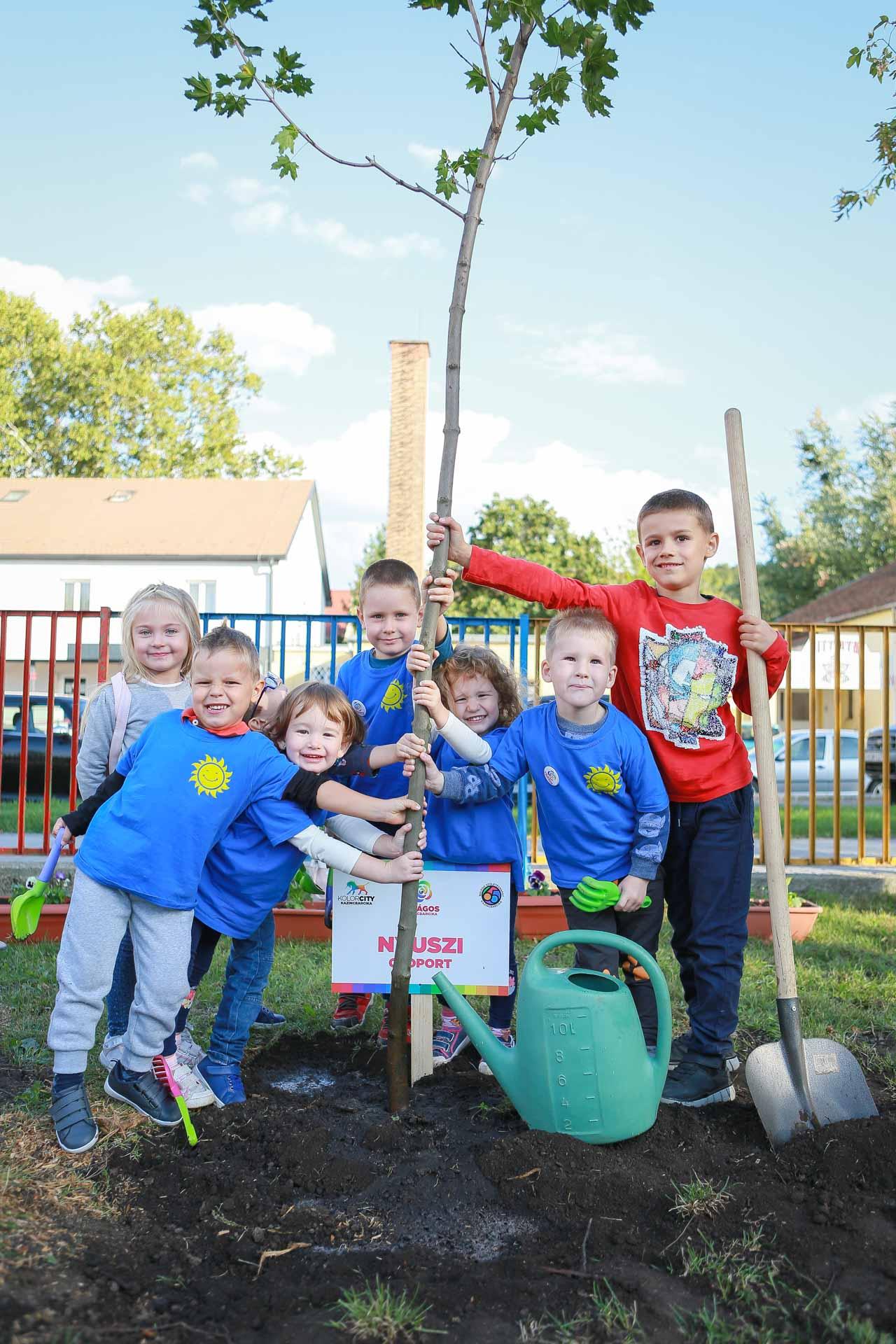 Napsugár Tagóvoda átadó; közösségi fa-és virágültetés