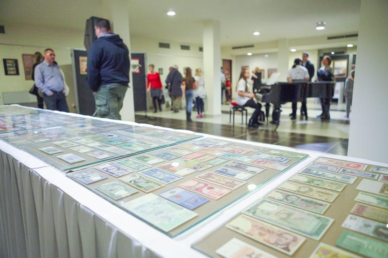 Pénzember c. kiállítás megnyitója - Mezey István Művészeti Központ