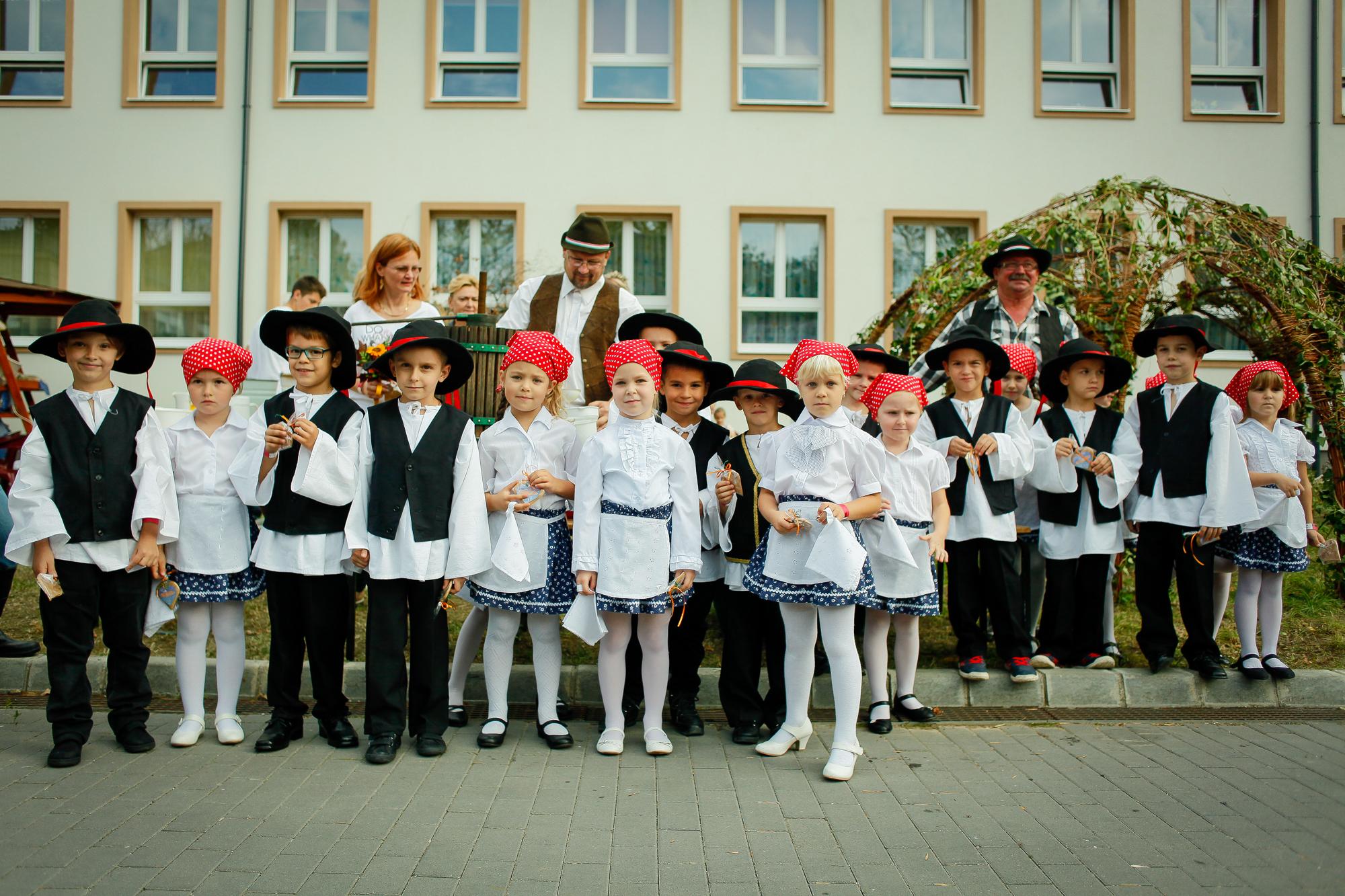 http://kolorline.hu/Felvonulással indul a Kolorfolk hétvége