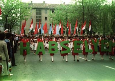 https://kolorline.hu/Zengjen a dalunk, pajtás – éljenek a május elsejék!